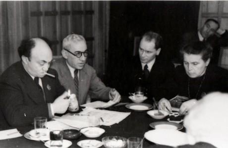 שלמה מיכאלס  (קיצוני משמאל), וחברי ועדת הפרס על שם סטאלין, מוסקבה, , 1948 בקירוב. מאוחר כחבר הוועדה למינסק ושם נרצח בידי בתאונת דרכים מבוימת.