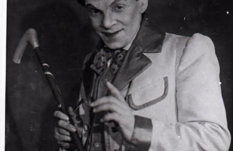 בנימין זוסקין  בסצנה ממחזה בתיאטרון הממלכתי היידי, מוסקבה, 1944