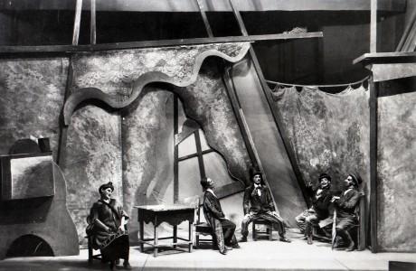 """סצינה מתוך המחזה """"הזכיה הגדולה"""" מאת שלום עליכם,  בביצוע התאטרון היהודי הממלכתי של מוסקבה, 1923."""